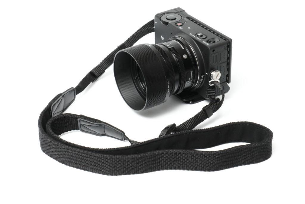 SIGMA fpと付属のカメラストラップ