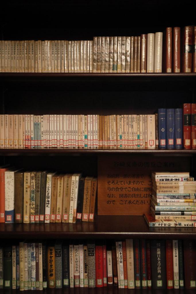 応接間の書棚