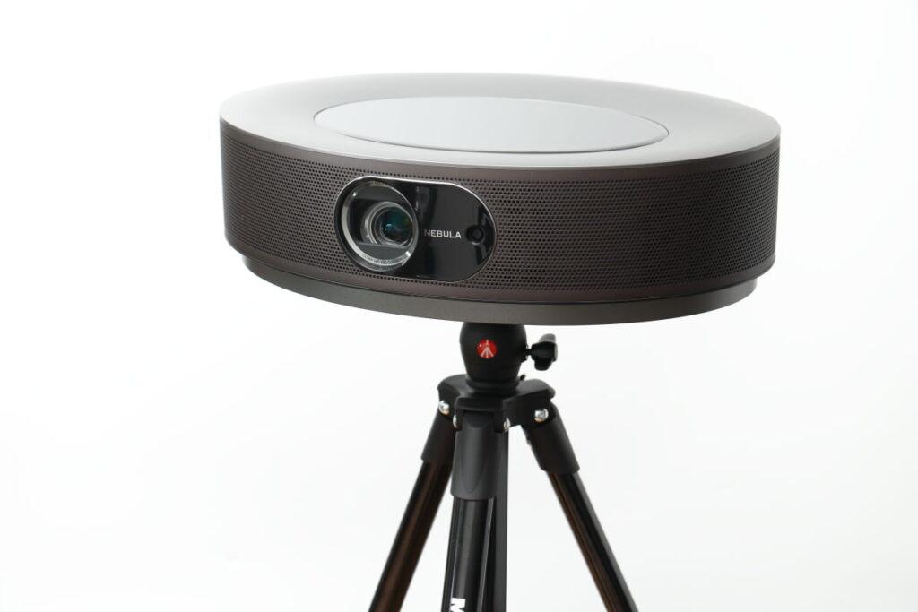 Anker Nebula Cosmos Max カメラ用三脚に設置
