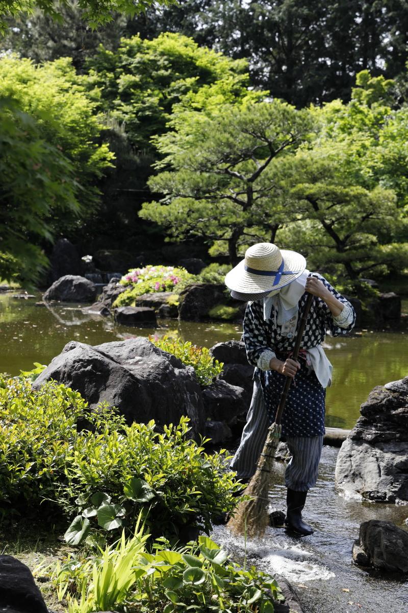 春の京都・城南宮 庭園を整備する人