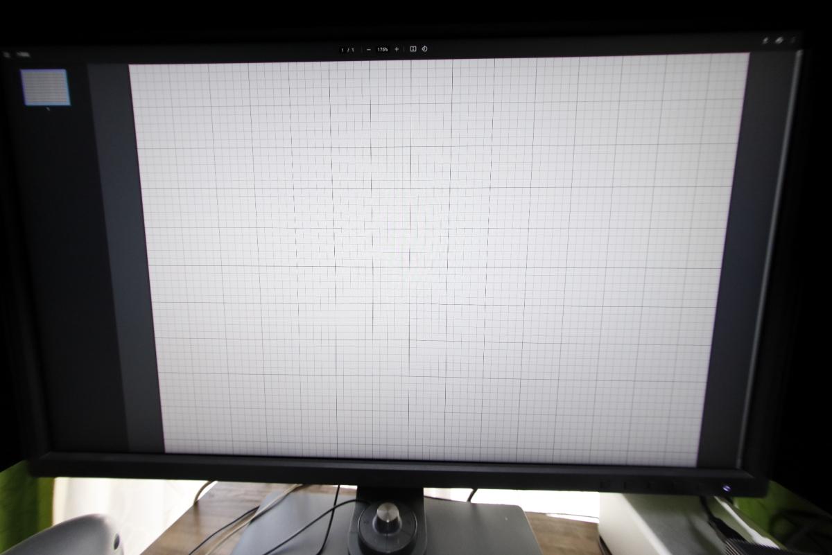 直線を重視で補正 クロップ 方眼紙をモニターに映して魚眼レンズで撮影