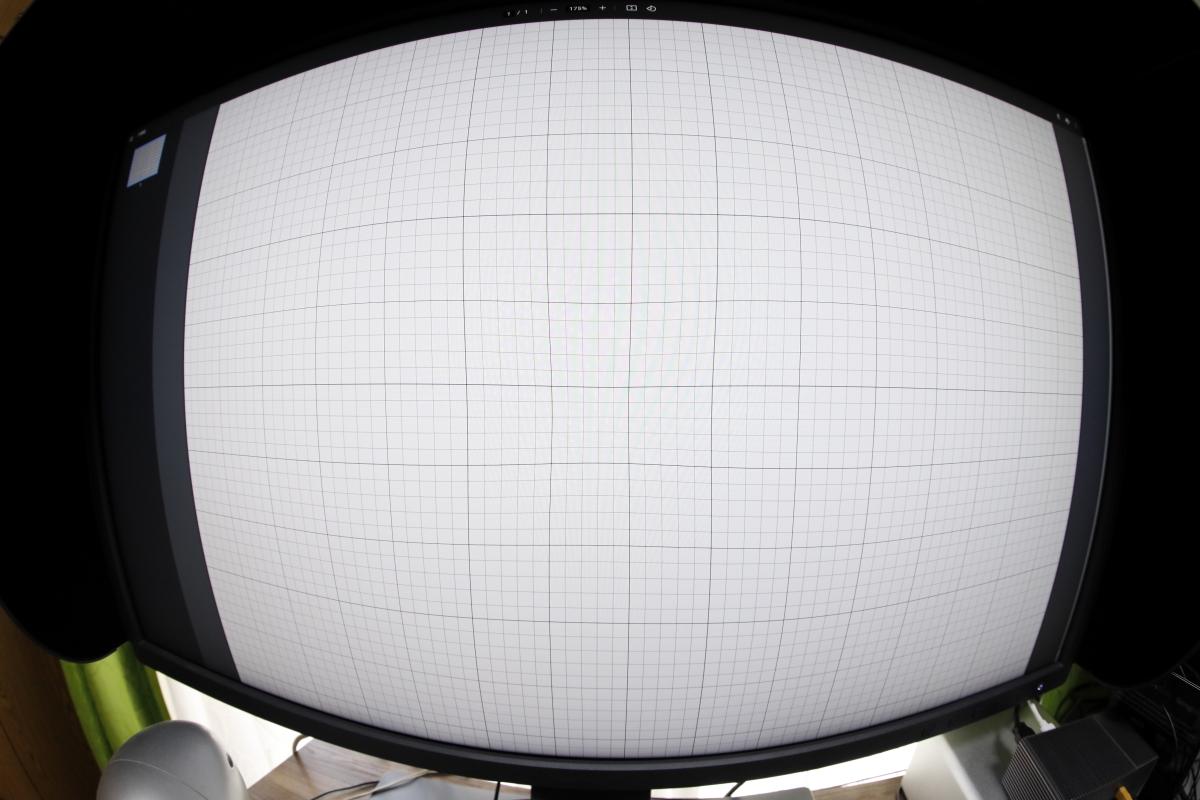 中心部を重視で補正 方眼紙をモニターに映して魚眼レンズで撮影