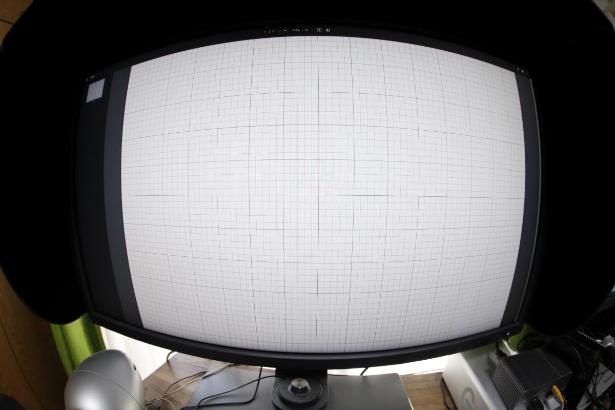 方眼紙をモニターに映して魚眼レンズで撮影