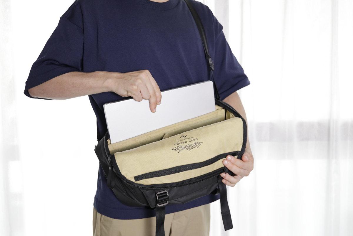 スリングバッグにも収まる14型サイズ