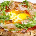 切り立てパルマ生ハムと燻製モッツァレラ、播州赤卵のスモーキーピッツァ TOOTH TOOTH ON THE CORNER / トゥース トゥース オン ザ コーナー