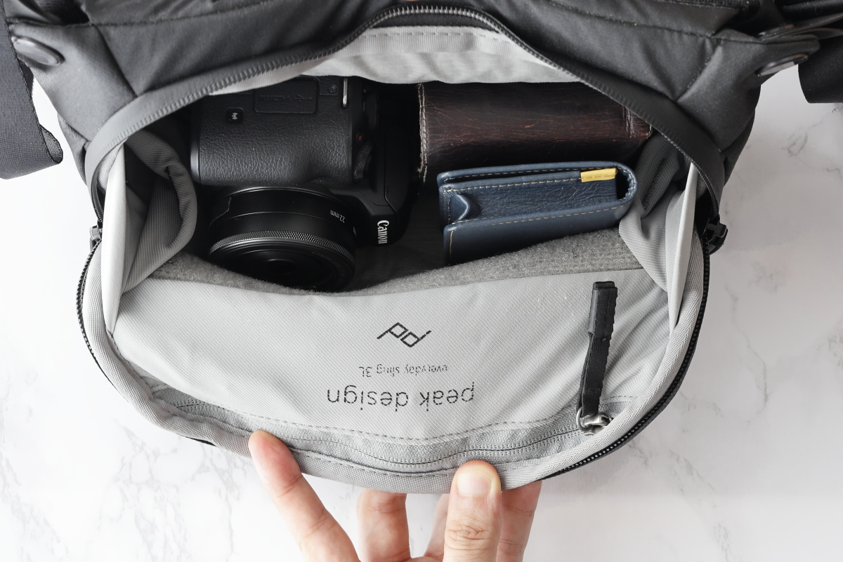 小型のカメラバッグ「ピークデザイン エブリデイスリング3L」にカメラとレンズを入れた様子