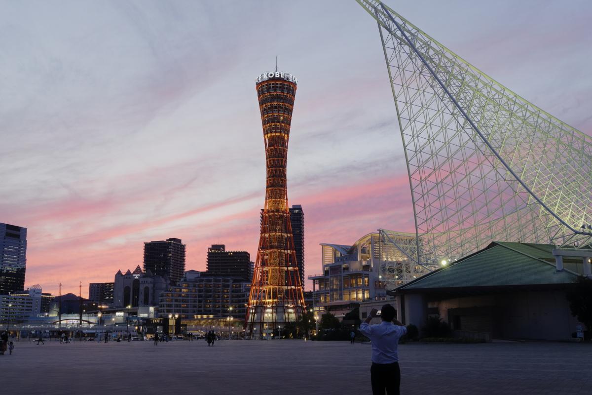 夕焼けと神戸ポートタワー