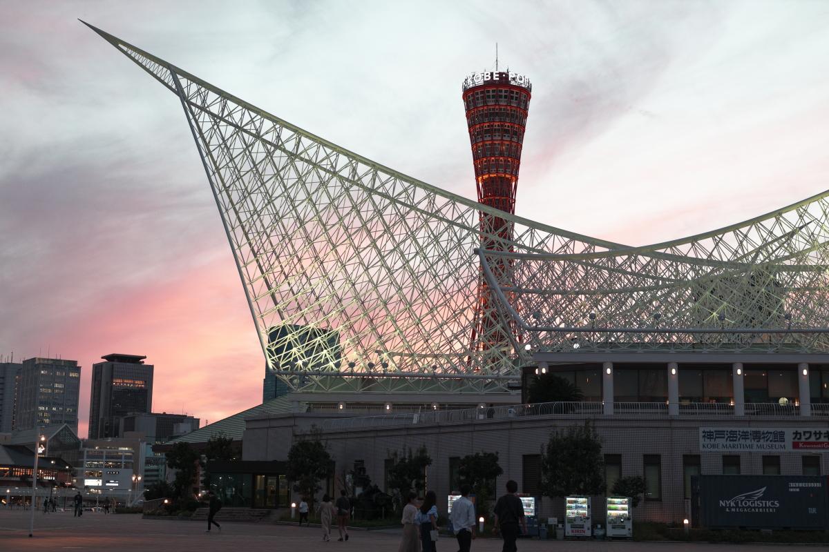 夕方の神戸ポートタワーと神戸海洋博物館