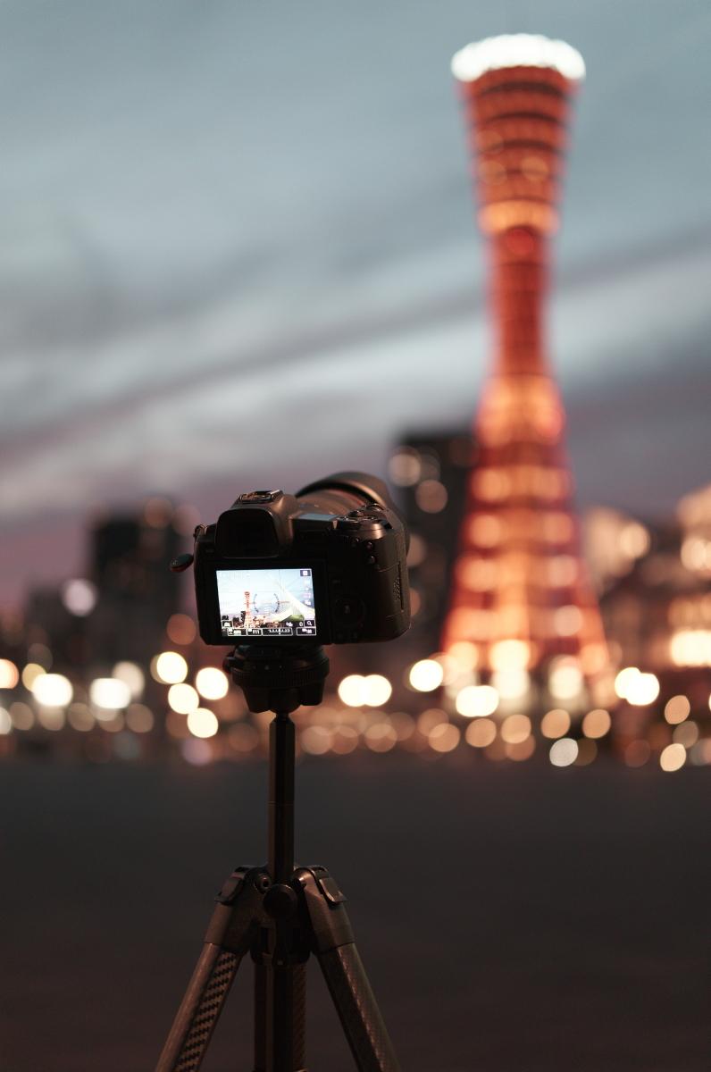 ピークデザインのトラベル三脚に固定したカメラ ポートタワーを背景に